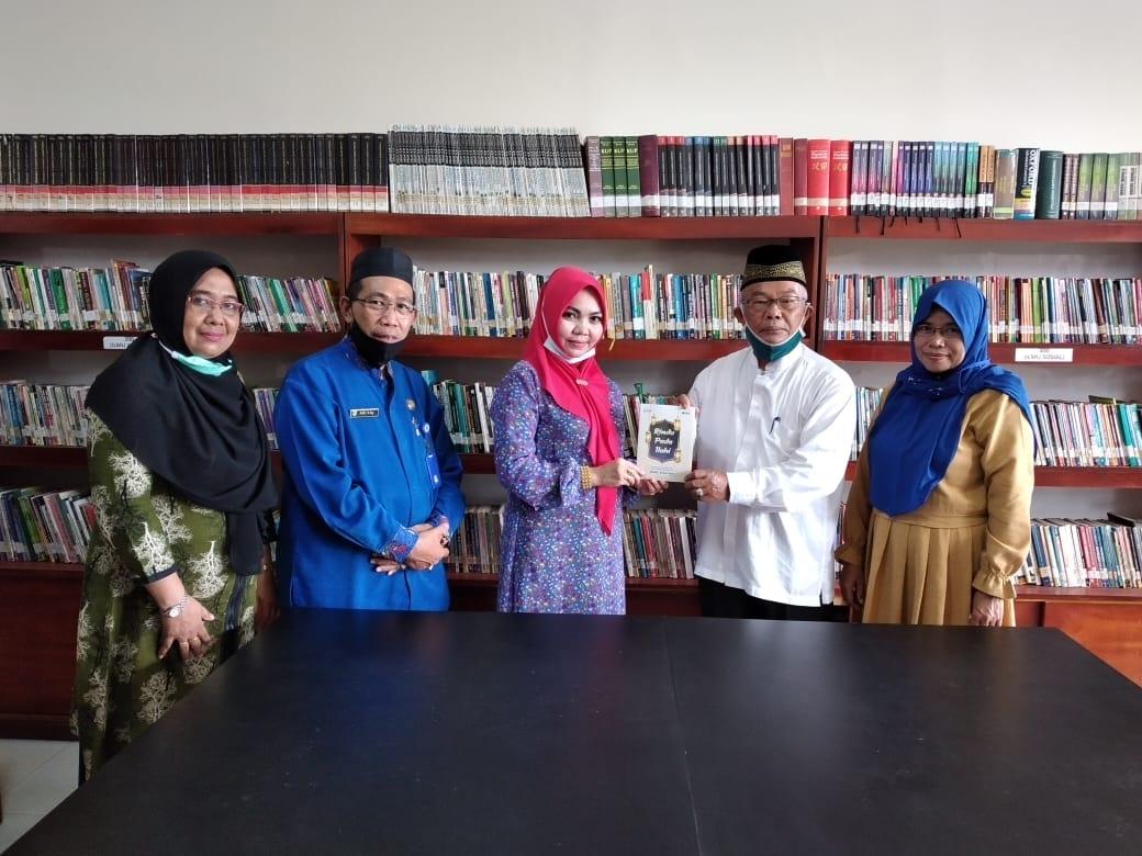 Serahkan SK Pendirian Pustaka Sekolah, Kepala DPAD Inhil Kembali Terima Sumbangan Buku dari Guru