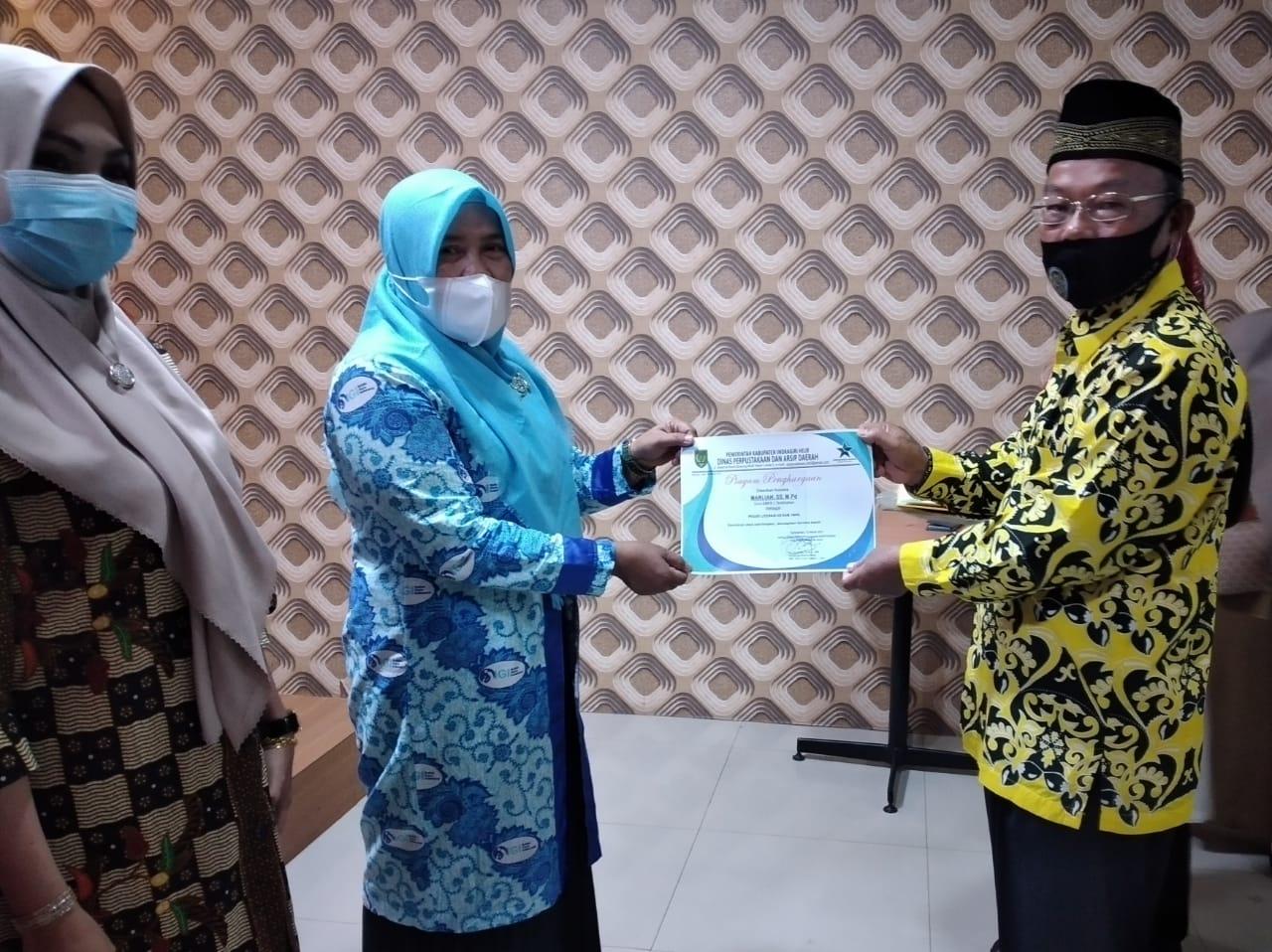 Terima Sumbangan Buku, Kepala DPAD Inhil Berikan Piagam Penghargaan kepada Pegiat Literasi