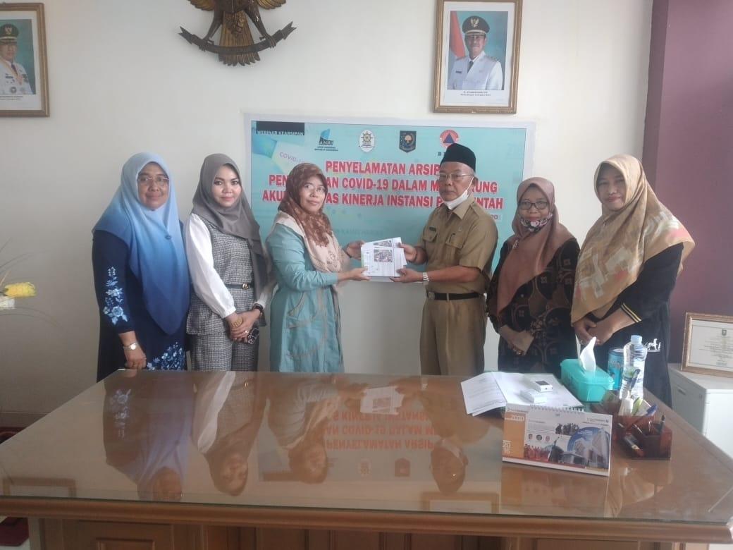 Terima Buku dari Atpusi Inhil, Kepala DPAD Yulizal Imbau Guru Manfaatkan Waktu Luang untuk Menulis